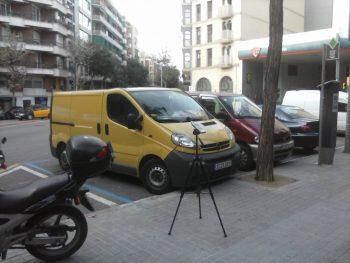 Sonòmetre mesurant soroll al carrer